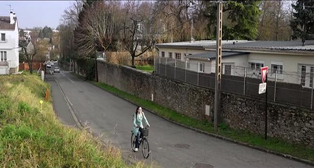 一人騎自行車前行