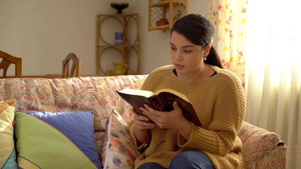 一個姊妹拿著神話禱告