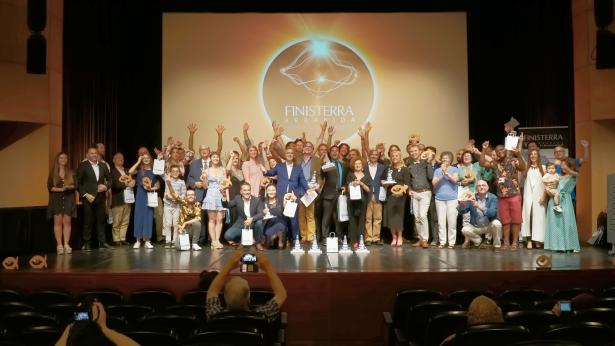 电影节获奖者与评审团合影