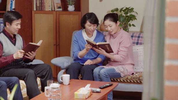 姊妹和爸爸媽媽一起看神話