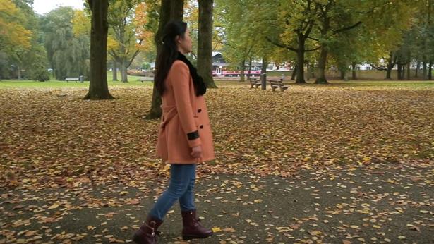 姊妹独自走在公园里很失落