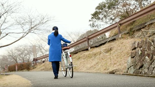 姊妹推著自行車回家很沮喪