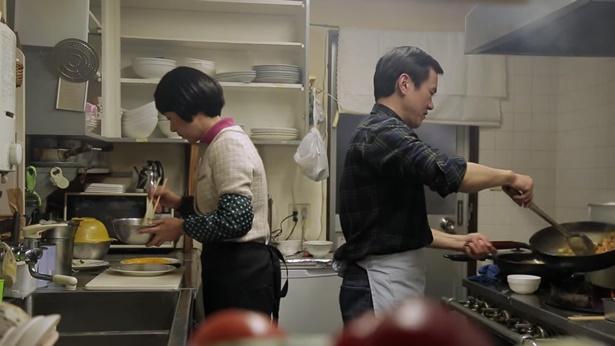 姊妹和她丈夫在做饭