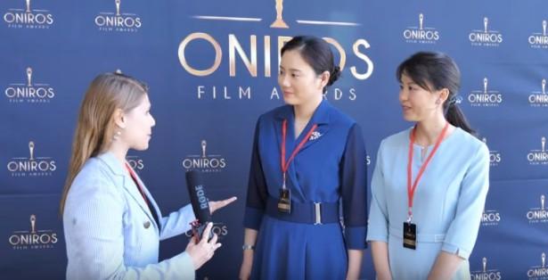 领奖的两个姊妹在接受采访