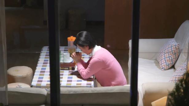 一个中年姊妹在家里祷告