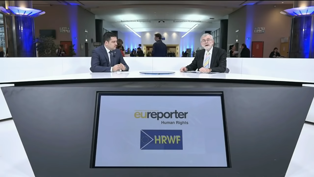 欧盟资深记者吉姆・吉本斯(Jim Gibbons)与欧洲议会议员托马斯・德克斯基(Tomaš Zdechovsky)【图片来自eureporter online】