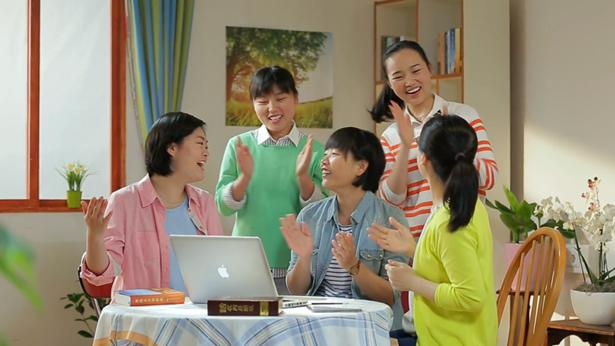 5个姊妹很开心的唱歌