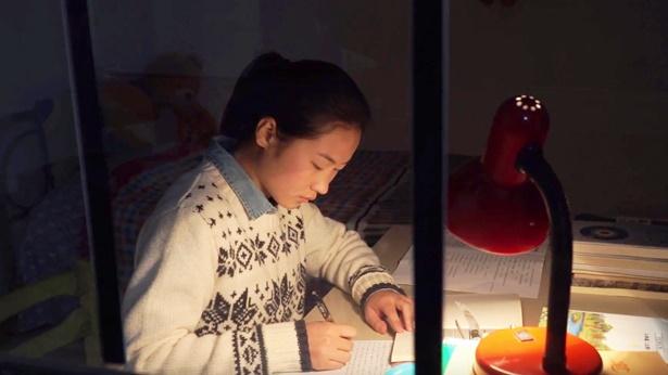 小女孩在台灯下写作业