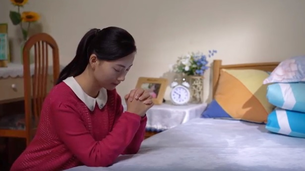 姊妹清晨在祷告