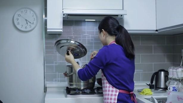 姊妹在做饭