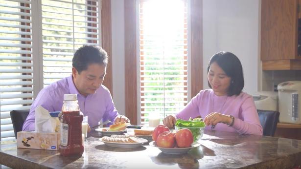 夫妻二人很开心的吃早餐