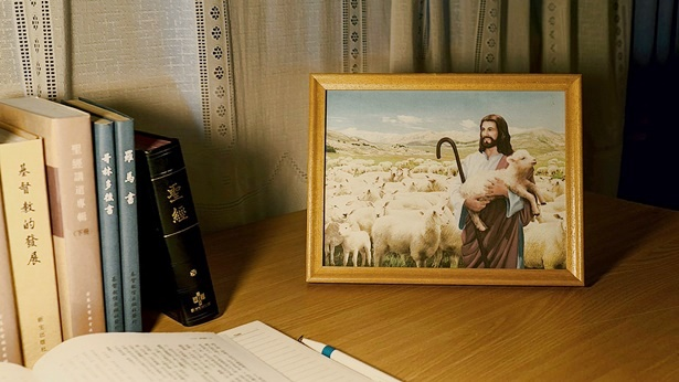 桌上摆放着主耶稣的画像