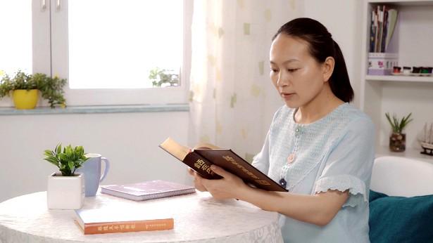 一个姊妹在认真的读神话
