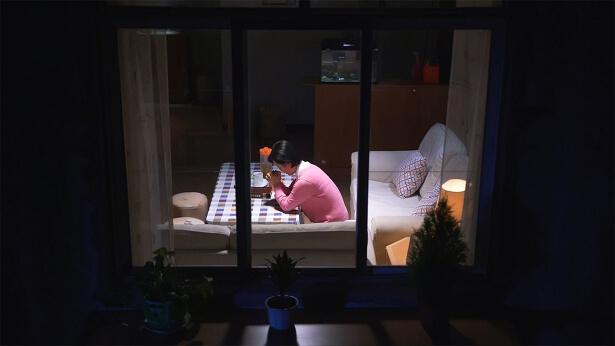 晚上,一个姊妹跪在地方祷告