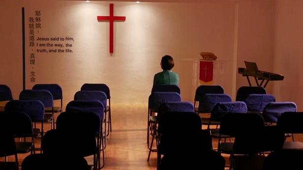 一个姊妹坐在教堂里
