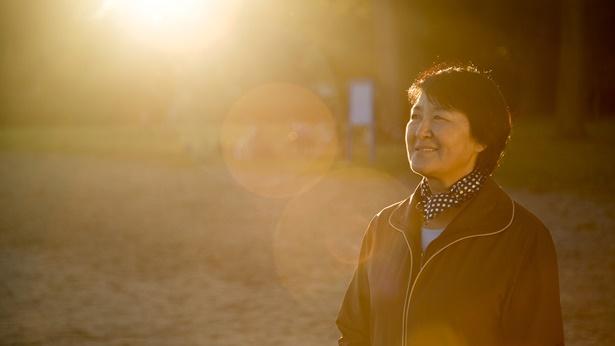 中年妇女在公园里享受阳光的沐浴