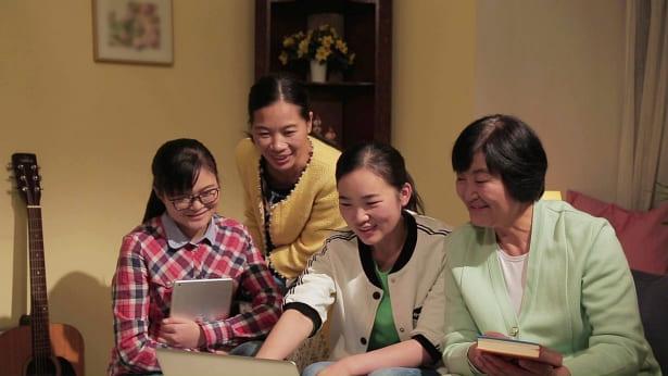 姊妹们高兴地过教会生活