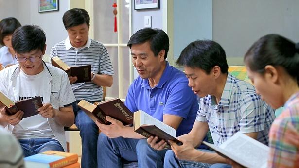 夫妻俩一起信神参加聚会