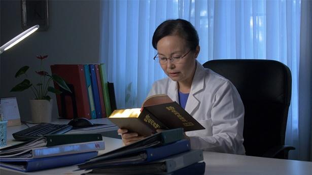 中年女医生在办公室里看神话