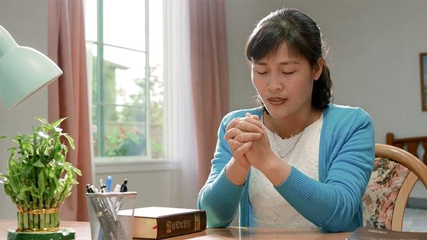 姊妹独自在祷告