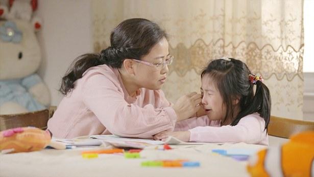 女兒哭了,媽媽心疼的哄著她