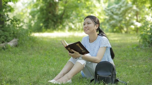 姊妹在草坪上看神話很開心