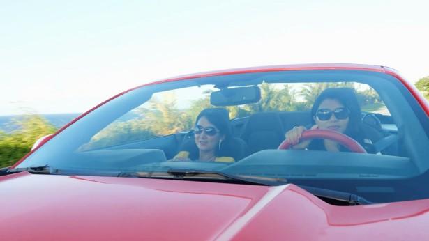 两个姊妹开豪车去旅游
