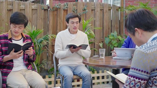 几个弟兄一起聚会读神话
