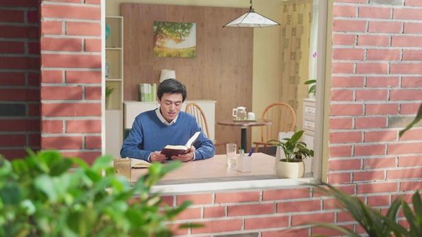 弟兄坐在窗前读神话