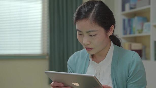 姊妹看平板电脑