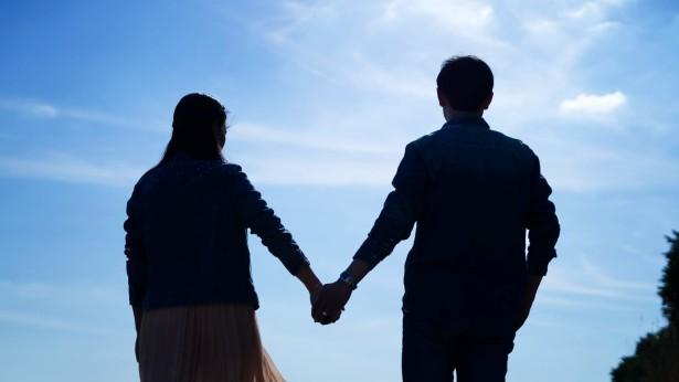 夫妻牽手看風景