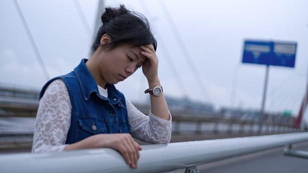 姊妹在桥上心情低落