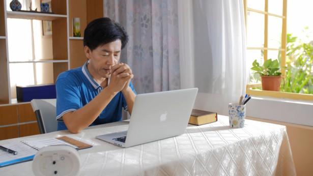 弟兄在你电脑前祷告
