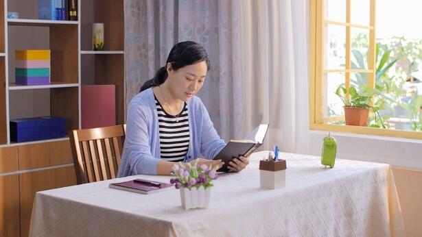 一个姊妹坐在书桌前看神话