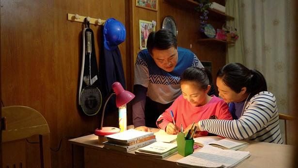 夫妻倆人陪孩子學習