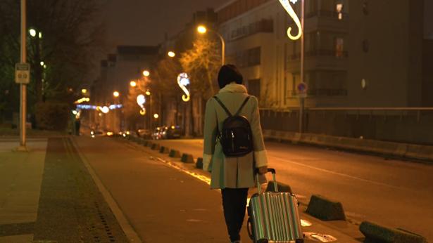 小女孩晚上拉着行李箱离开