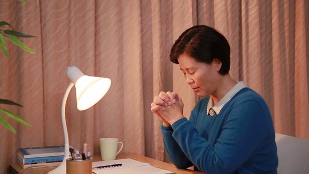 经历审判,向主祷告