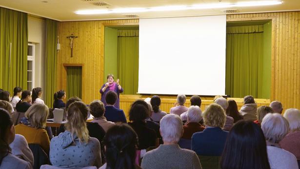 天主教Odenwald-Tauber教区妇女事工负责人Regina Köhler女士为纪录片作介绍